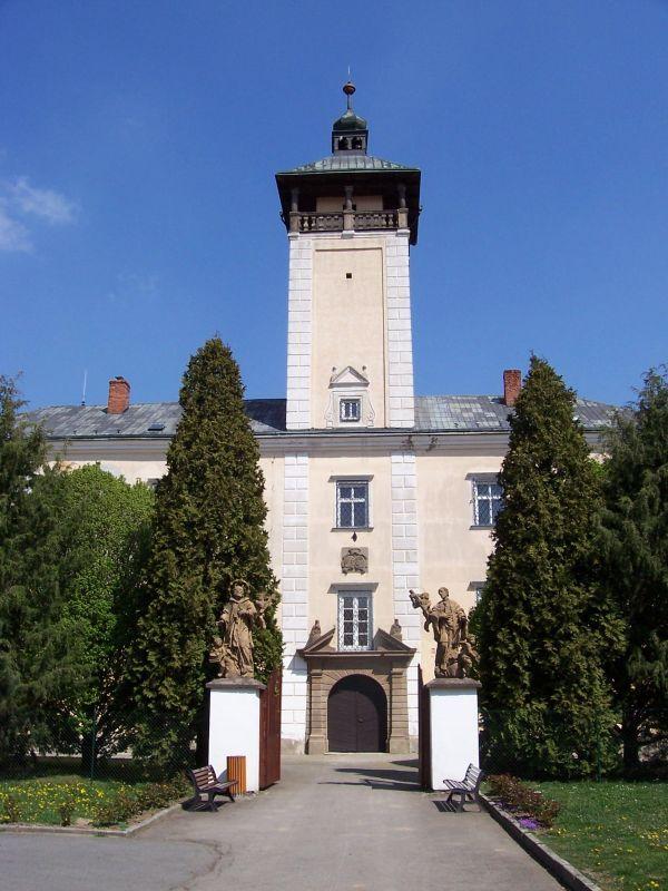 Dřevohostický zámek - předzámčí s dvěma barokními sochami sv. Jana Nepomuckého a sv. Jana Sarkandra
